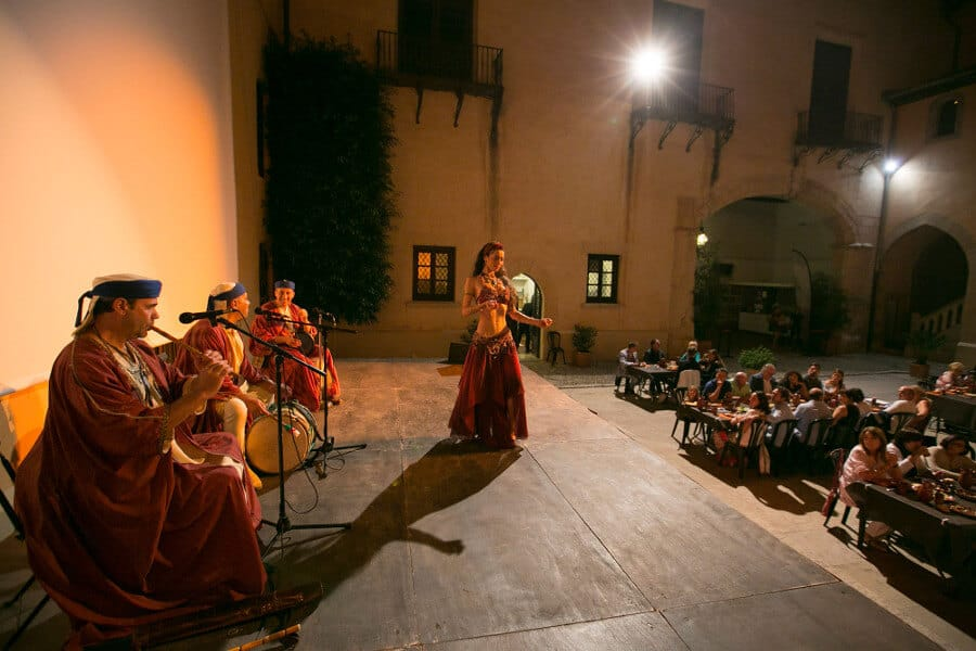 Cena con ambientacion musical de epoca en el Palau